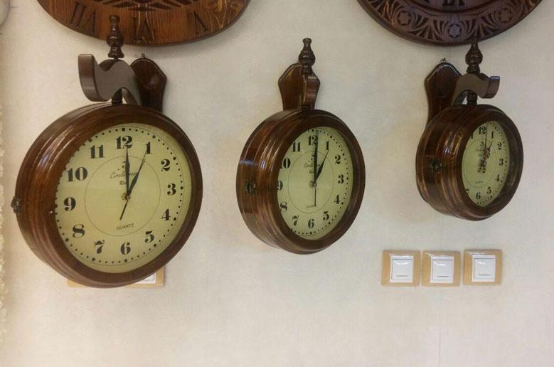 ساعت دوطرفه چوبی بزرگ